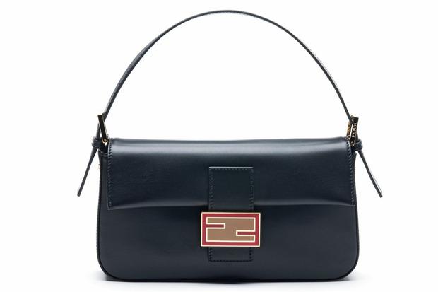 Карл Лагерфельд выпускает коллекцию к юбилею сумки Fendi Baguette. Изображение № 11.