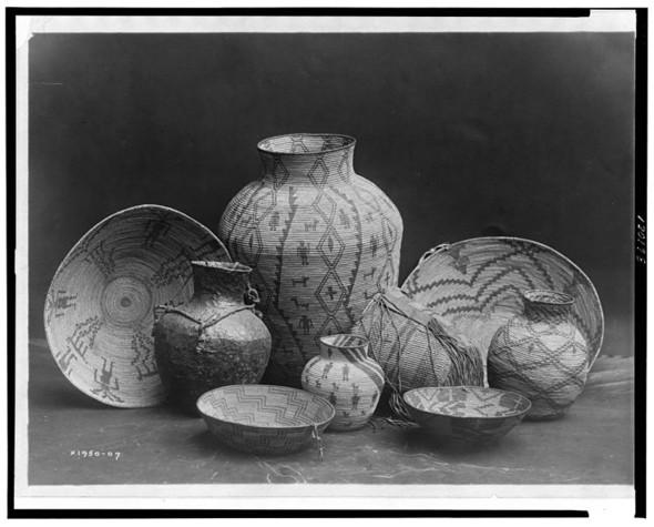 Фото с предметами апачи. Edward S. Curtis, 1907. Изображение № 6.