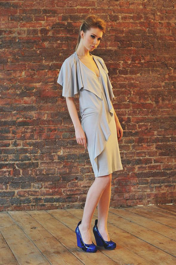 CW83 платье серое, трикотажное с открытой спиной состав:90% хлопок, 10% люрекс размеры: xs, s, m. Изображение № 12.