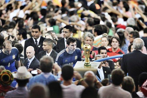 Аргентинский футболист Лионель Месси смотрит на Кубок мира по футболу во время закрывающей церемонии Чемпионата мира по футболу в Бразилии, на котором его команда проиграла Германии в финале / Автор: Bao Tailiang. Изображение № 16.