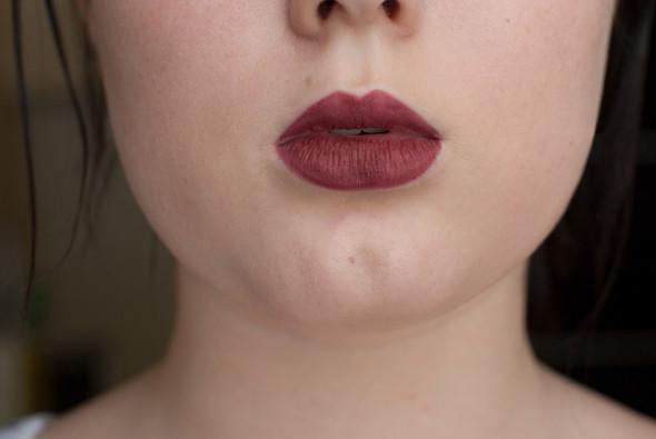 В этом шаге — затушевывании губ карандашом — есть два положительных момента: помада на такой основе остается на губах значительно дольше и так легче уловить возможные недостатки формы губ. Мне, например, стоит чуть увеличить ширину верхней губы, т.к. из-за пухлости нижней она кажется чересчур узкой и треугольной.. Изображение № 9.
