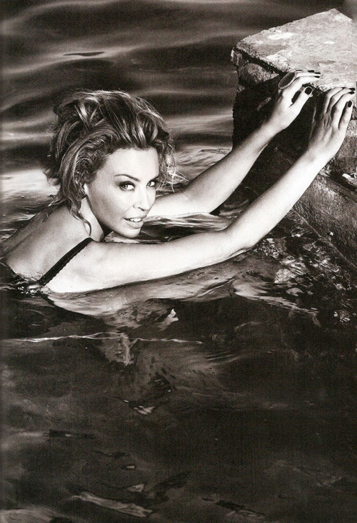 Кайли Миноуг снялась в фотосессии для испанского Vogue. Изображение № 1.
