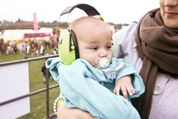 Индейские перья, фуражки и перстни: Люди на фестивале Roskilde. Изображение №16.