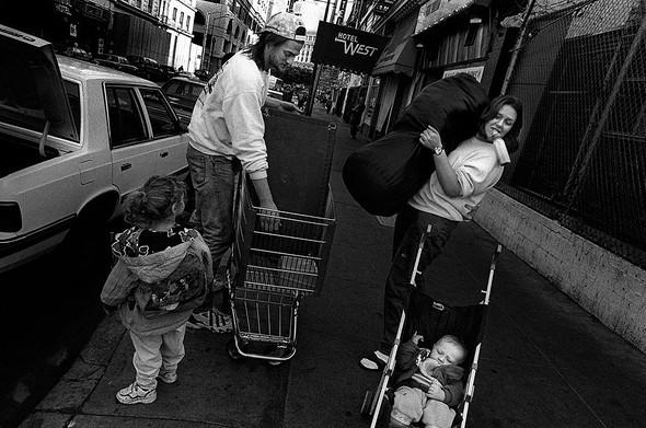 Джек помогает Джули, Рэйчел и маленькому Томасу въехать в дешевый мотель в Сан-Франциско в 1995 году. . Изображение № 5.