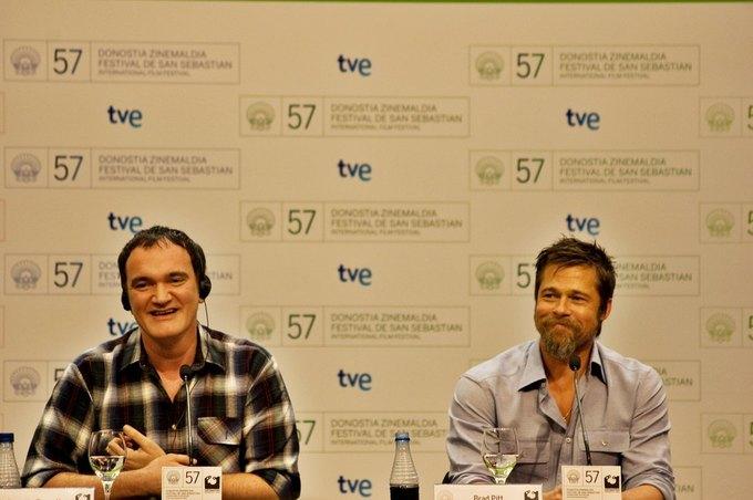 Квентин Тарантино и Брэд Питт на пресс-конференции, посвященной фильму «Бесславные ублюдки» в 2009 году. Изображение № 1.