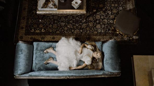 """""""Ева дома в гостиной"""", Москва 2009.  Когда я пришла фотографировать Еву, она была дома с двумя нянями, британской и русской. Ева все планирует заранее: платье, которое она выбрала для сессии, было отутюжено, рядом лежали тщательно подобранные в тон колготки и туфли. Было чувство, что это Ева организовала фотосессию, а не я. Она со знанием дела показала мне комнаты, в которых позволялось фотографировать. Потом аккуратно присаживалась на край дивана, вставала перед своей любимой картиной и позировала в библиотеке родителей. По окончанию """"работы"""" Ева так устала, что прилегла на диван. В конце концов, я смогла поработать """"самостоятельно"""".. Изображение № 6."""