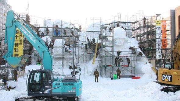 В Японии построили огромного Дарта Вейдера из снега. Изображение № 8.