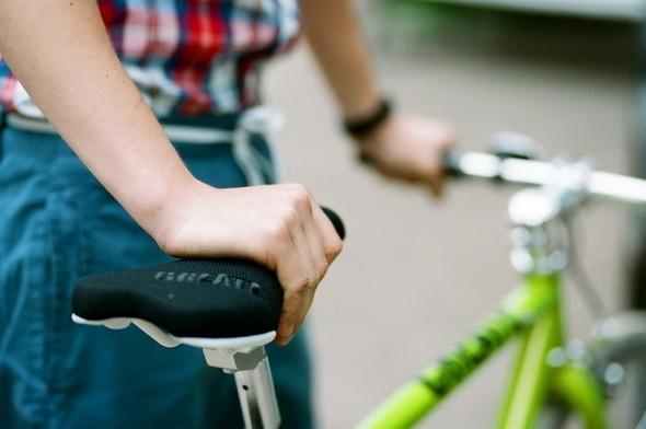 На Саше: рубашка Еxtra, шорты  Wesc. Велосипед Create. Изображение № 26.