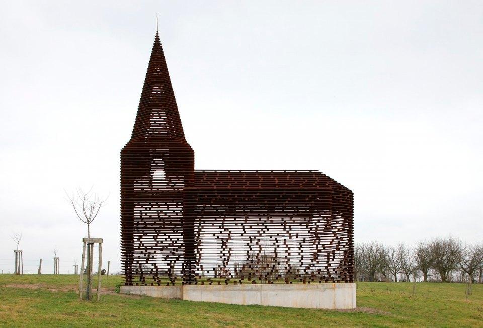 Фото: церковь, которая становится прозрачной . Изображение № 5.
