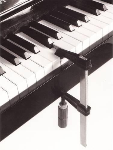 Черно-белые сюрреалистические фотографии Chema Madoz. Изображение № 36.
