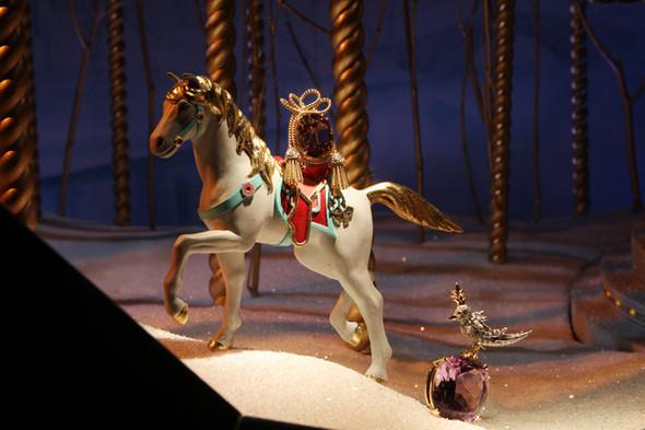 10 праздничных витрин: Робот в Agent Provocateur, цирк в Louis Vuitton и другие. Изображение № 57.