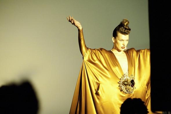 Мила Йовович в календаре Campari 2012. Изображение № 21.