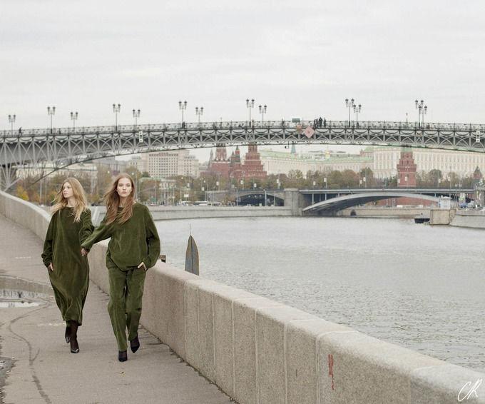 Журнал Карин Ройтфельд посвятил съемку Москве и российским дизайнерам. Изображение № 4.