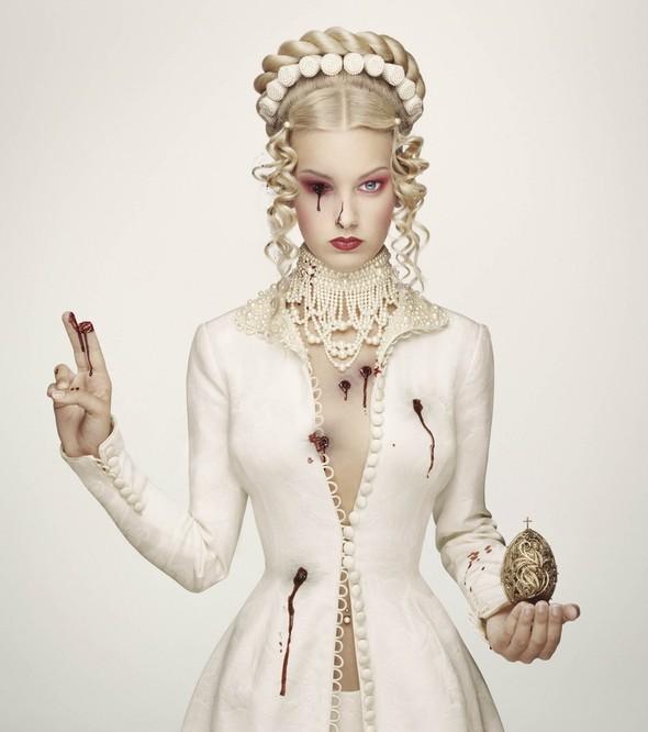Белая фотосессия. Королевская кровь. Эрвин Олаф.. Изображение № 3.