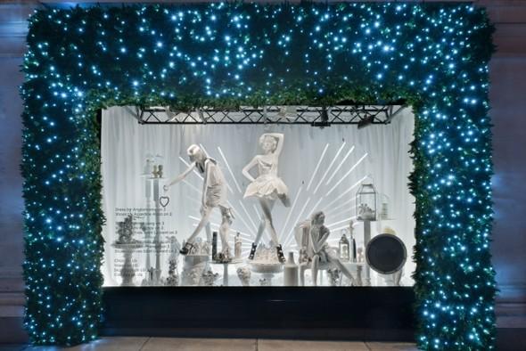 10 праздничных витрин: Робот в Agent Provocateur, цирк в Louis Vuitton и другие. Изображение № 76.