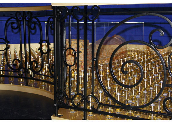 «Бог и золото»: фрагмент ниши, где выставлены платья из коллекции haute couture SS 2004 вместе с египетским саркофагом и флаконами J'Adore. Изображение № 17.