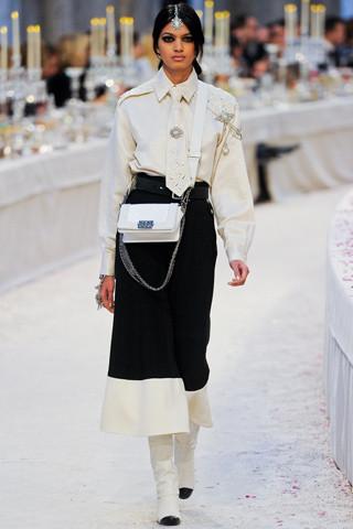 Chanel показали пре-осеннюю коллекцию. Изображение № 13.