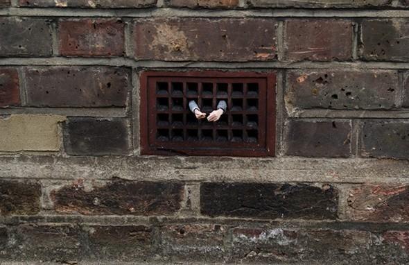 «Жилец» Айзек Кордал (Isaac Cordal), 2010.. Изображение № 7.