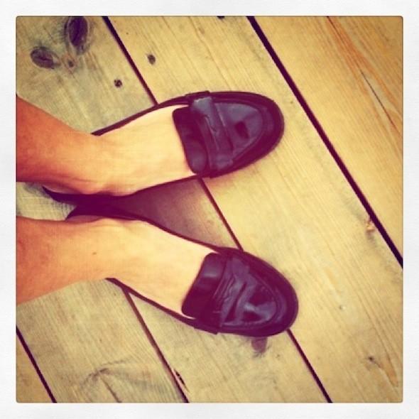 Лоферы Marc Jacobs Даша очень долго разнашивала, новрезультате нашла лучшее решение— загнуть задник, теперь это самая удобная обувь насвете. Изображение № 45.