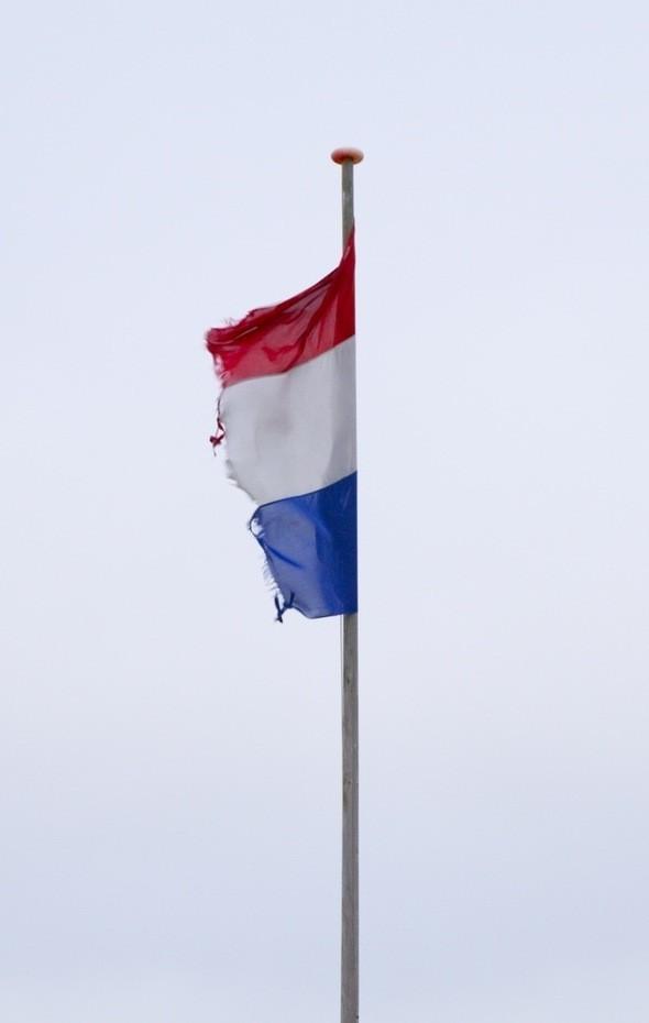 Флаг на метеостанции Парнассия порван сильным морским ветром.. Изображение № 60.
