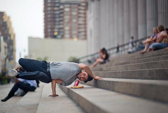 Для своего следующего снимка Джордан планирует пробраться на Нью-йоркскую биржу. «Я хочу сфотографировать танцора в пиджаке, который будет прыгать, в то же время решая важные дела по телефону». На фото: Иван Де Леон на ступеньках почтового отделения 34. (JORDAN MATTER PHOTOGRAPHY / BARCROFT USA). Изображение № 9.
