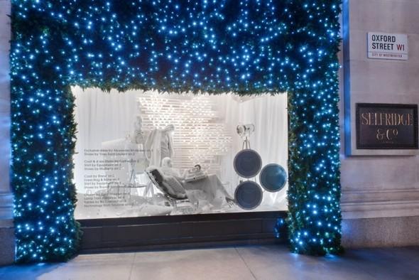 10 праздничных витрин: Робот в Agent Provocateur, цирк в Louis Vuitton и другие. Изображение № 84.