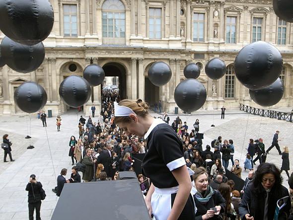 Девушки-горничные перед показом Louis Vuitton. Изображение № 2.