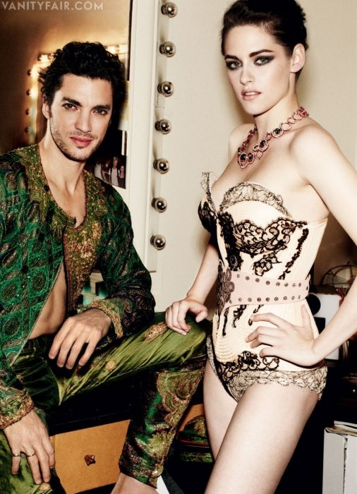 Кристен Стюарт позирует в Париже в одежде «от кутюр». Изображение № 5.