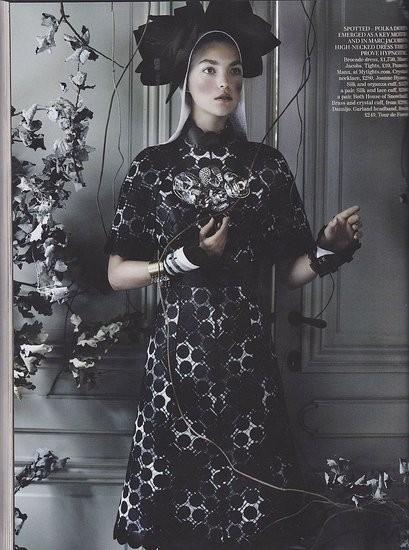 Съёмка: Аризона Мьюз и Фрея Беха Эриксен для британского Vogue. Изображение № 2.