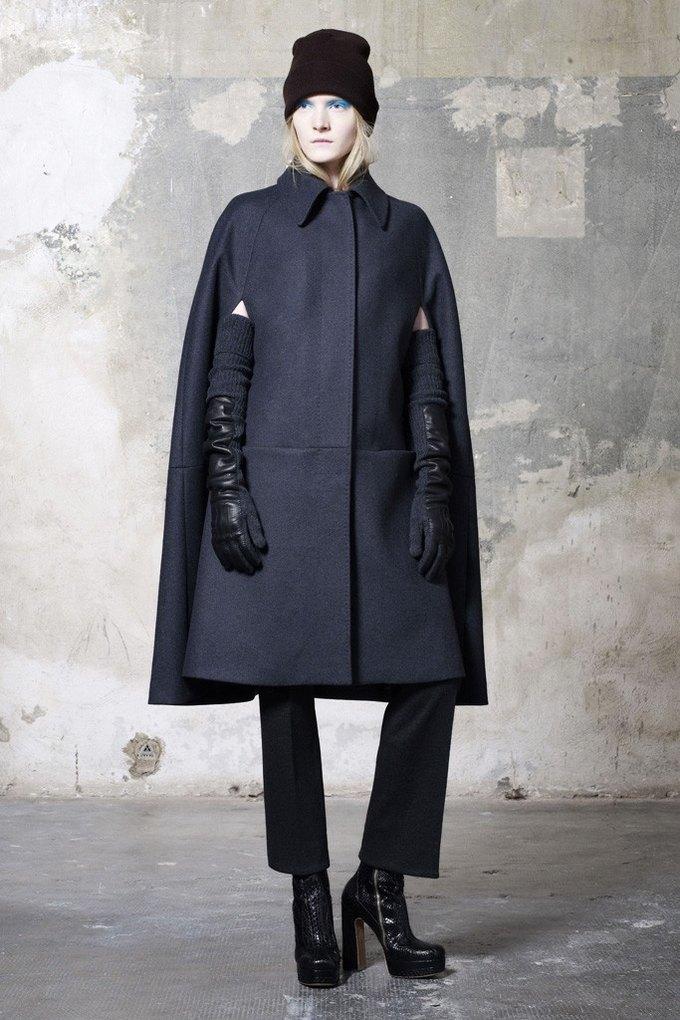 Вышли предосенние коллекции Alexander McQueen, Moschino и Valentino. Изображение № 17.