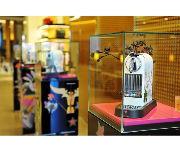 Три витрины магазинов, которые оформили современные художники и дизайнеры. Изображение № 8.
