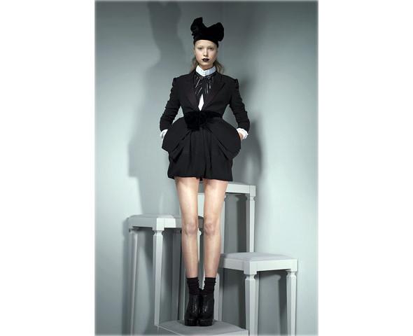 Новые коллекции: Acne, Dior, Moschino, Viktor & Rolf. Изображение № 32.
