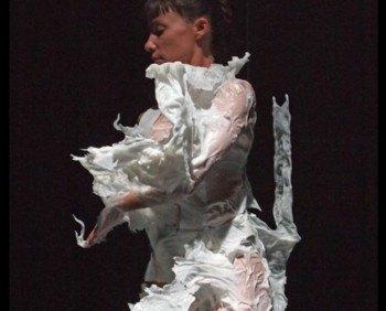 Голландский модельер представил скульптурные платья из воска. Изображение № 4.