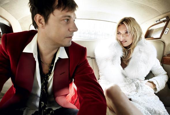 Для сентябрьской обложки американского Vogue снялась Кейт Мосс. Изображение № 6.