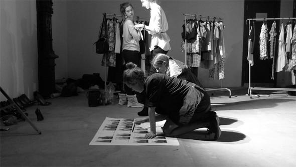 Дизайнер Андрей Артемов: «Она идет от своего парня в мужском пиджаке поверх коктейльного платья». Изображение № 14.