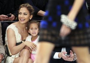 Дженнифер Лопес впервые привела четырехлетнюю дочь на модный показ. Изображение № 1.