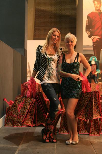 Представители английского бренда Iron Fist раздали более 10 000 фирменных сумок за время выставки. Изображение №16.