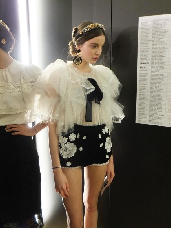 На бэкстейдже показа Dolce & Gabbana. Изображение № 20.