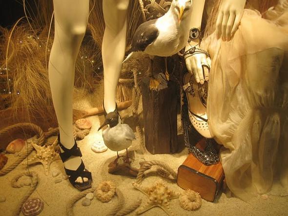 10 праздничных витрин: Робот в Agent Provocateur, цирк в Louis Vuitton и другие. Изображение № 13.