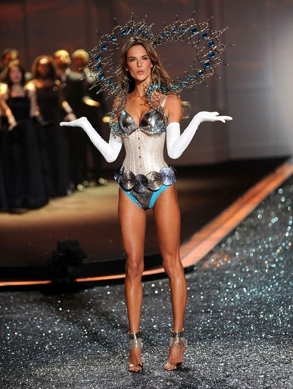 Victoria's Secret Fashion Show 2009–2010. Изображение № 29.