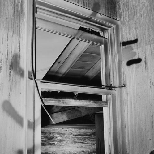 John Divola. Фотографический вандализм. Изображение № 11.