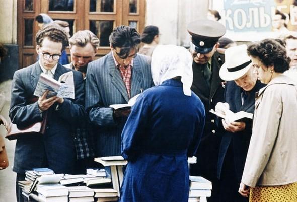 У книжного развала. Москва, 1960 г.. Изображение № 234.