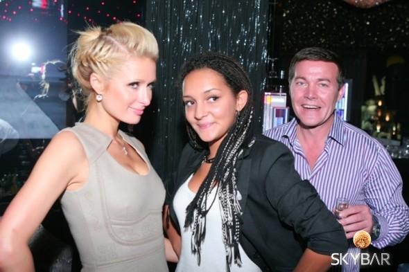 Пэрис Хилтон пришла в клуб SKYBAR в офисном платье. Изображение № 1.