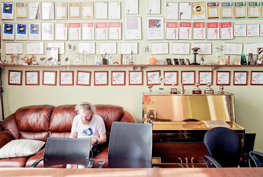 Портрет лошади, алфавит  и золотое пианино  в агентстве Instinct. Изображение № 6.