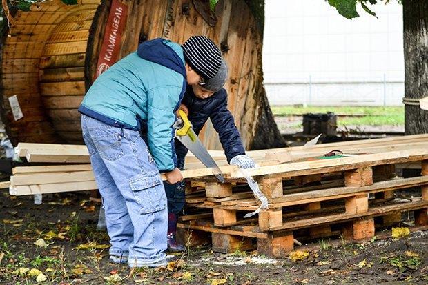 Дети работали на «Стройке счастья», сооружая под надзором взрослых качели, тарзанки и игровую мебель из дерева.. Изображение № 12.