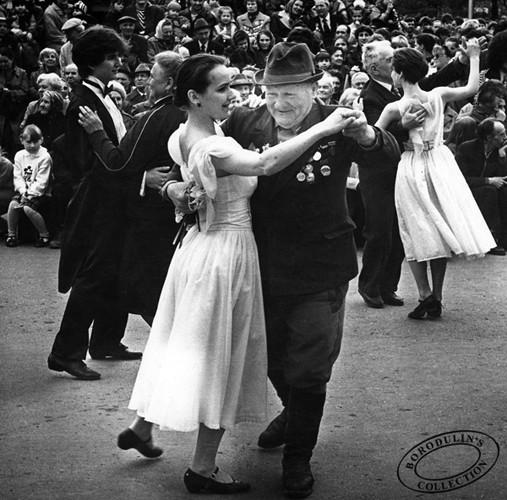 Девушки приветствуют ветеранов, 1990 г.. Изображение № 157.