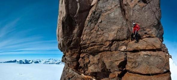 Бейс-джампер Валерий Розов совершил прыжок с одной из самых красивых и сложных гор Антарктики. Изображение № 2.