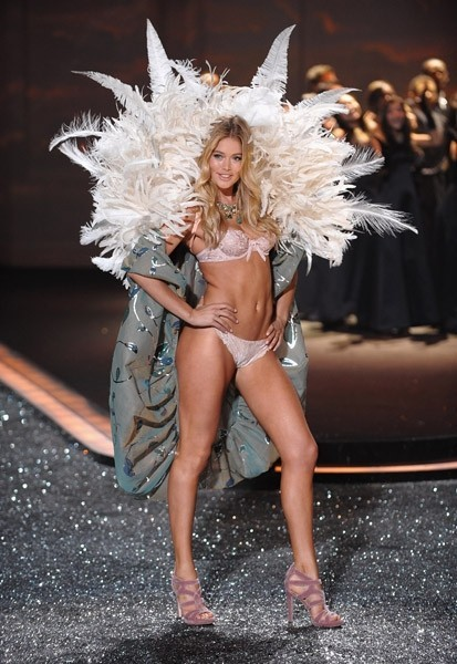 Victoria's Secret Fashion Show 2009–2010. Изображение № 7.