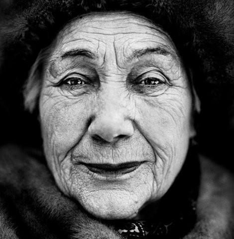 """Полина Святогорская 1925 года рождения, Советский Союз """"Когда началась война, мне хотелось помочь в борьбе с фашистами, но меня не хотели брать, потому что мне было только шестнадцать. Железнодорожные войска стояли в Казани, я пришла туда и сказала: «Возьмите меня, я медсестра». Но им тоже показалось, что я слишком молода. Я продолжала упрашивать, пока не взяли. Немцы минировали железные дороги, так что работы было много. Я ассистировала хирургу. Первой же моей операцией была ампутация ноги. Доктор вручил мне ее, я хотела вернуть и сказала: «Приделайте ее на место». Он сказал, что я должна ее похоронить. Я вышла с ногой на улицу и стала плакать. Солдаты, увидевшие меня, взяли ногу и закопали."""". Изображение № 5."""