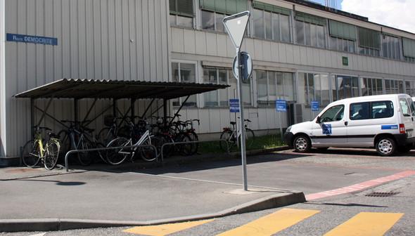 — Велосипедная парковка на улице Демокрита внутри ЦЕРНа. Изображение № 3.